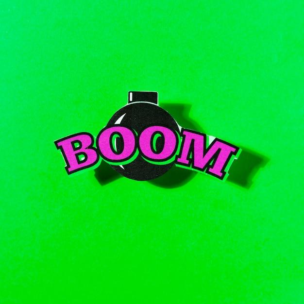 Boomtext auf bombe über dem grünen hintergrund Kostenlose Fotos