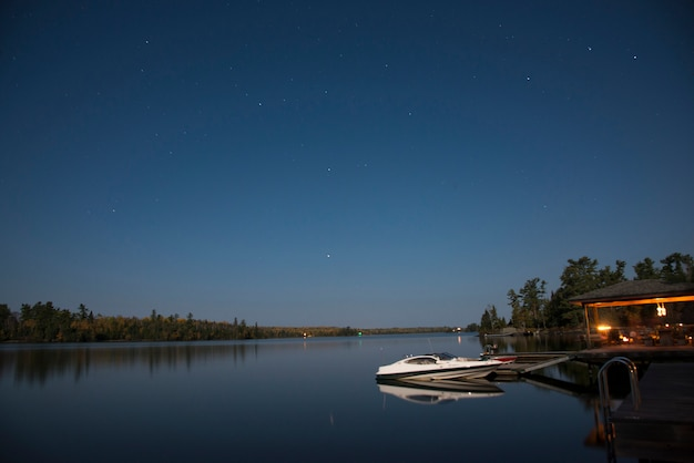 Boot an einem dock, kenora, see des holzes, ontario, kanada Premium Fotos
