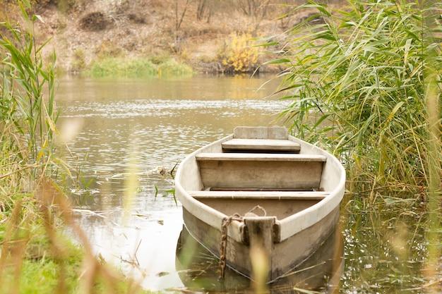 Boot auf dem fluss im herbst, boot im dorf, landschaft Premium Fotos