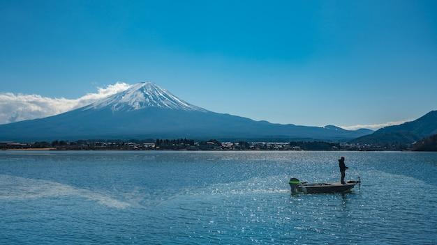 Boot auf meer mit fuji mountain view Premium Fotos