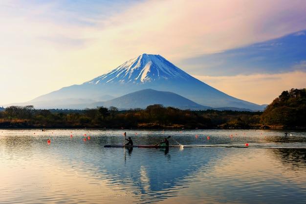 Boot, das um berg fuji kayak fährt Premium Fotos