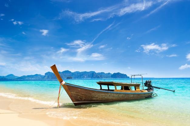 Boot des langen schwanzes auf tropischem strand in krabi thailand Premium Fotos