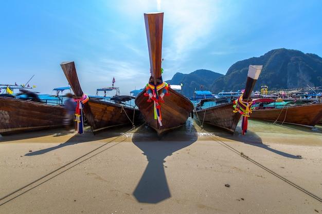 Boot des langen schwanzes auf tropischem strand, krabi, thailand Kostenlose Fotos