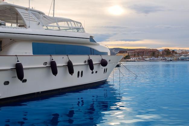 Boot festgemacht im mittelmeerhafen in denia alicante Premium Fotos