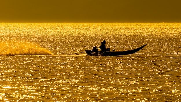 Boot im thailändischen stil mitten im orangenmeer Premium Fotos