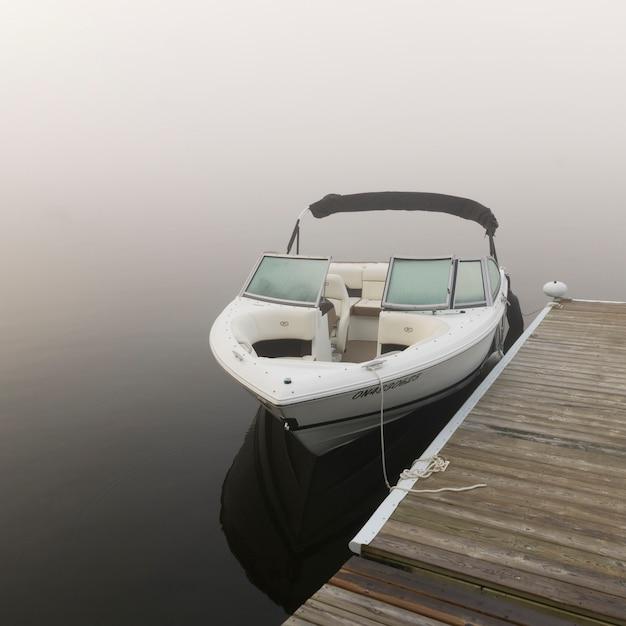 Boot machte am dock, see des holzes, ontario, kanada fest Premium Fotos