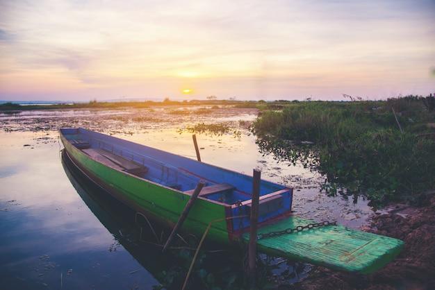 Boot mit bei sonnenuntergang Kostenlose Fotos