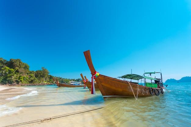 Boot und schöner blauer ozean Premium Fotos