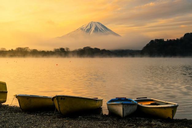 Boote am shoji see und mt. fujisan bei sonnenaufgang Premium Fotos