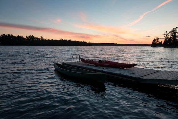 Boote an einem dock, kenora, see des holzes, ontario, kanada Premium Fotos