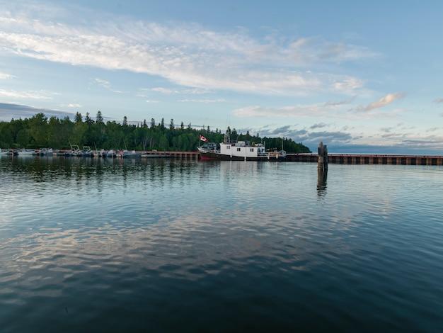 Boote entlang dock, lake winnipeg, riverton, hecla grindstone provincial park, manitoba, kanada Premium Fotos