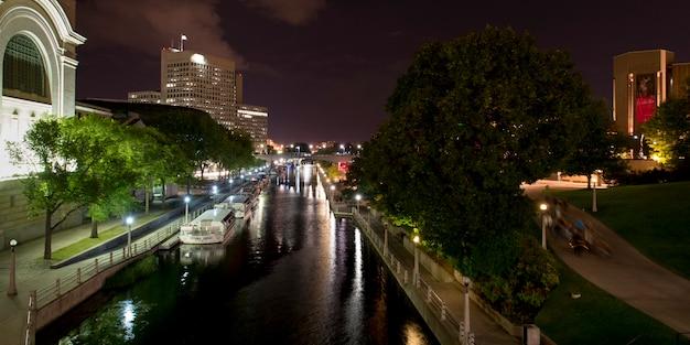 Boote in rideau-kanal, parlaments-hügel, ottawa, ontario, kanada Premium Fotos