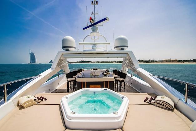 Bootsbogensegeln im blauen mittelmeer in den sommerferien Premium Fotos