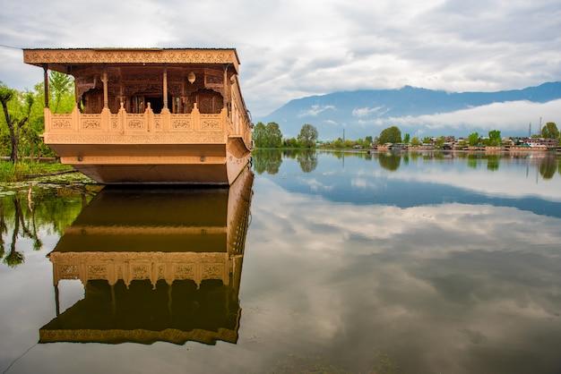 Bootshaus auf dem see für touristische dienstleistungen in srinagar kashmir, indien. Premium Fotos