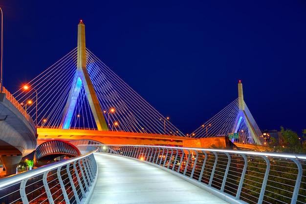 Boston zakim-brückensonnenuntergang in massachusetts Premium Fotos