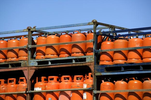 Botellas, bombonas de gas butanofarbe naranja Premium Fotos