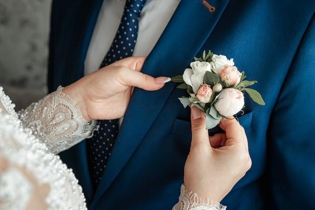Boutonniere für den bräutigam. ehe, familiäre beziehungen, hochzeitsutensilien. Premium Fotos