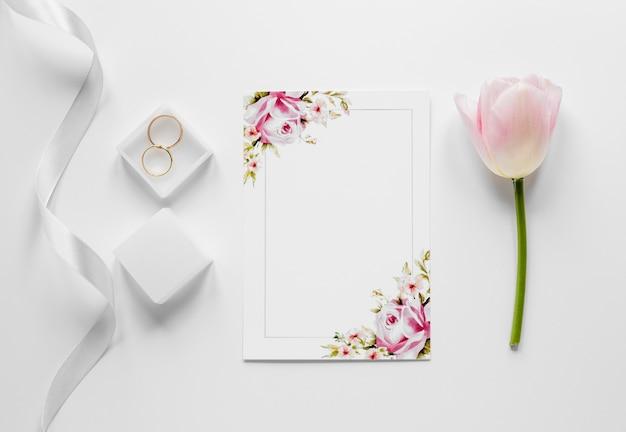 Box mit verlobungsringen auf dem tisch Kostenlose Fotos