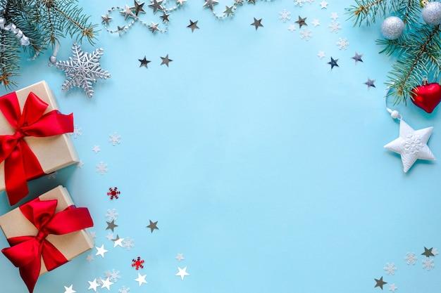 Boxen mit geschenken und weihnachtsdekorationen auf blauer oberfläche Kostenlose Fotos