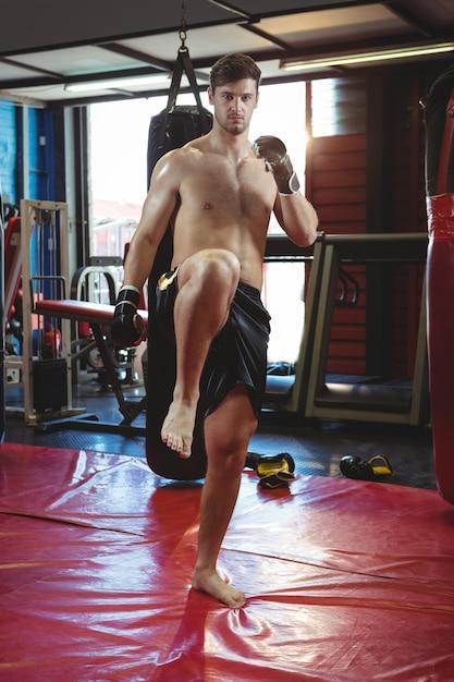 Boxer, der eine boxhaltung ausführt Kostenlose Fotos