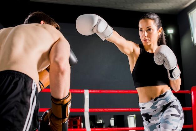 Boxer posieren im fitnessstudio Kostenlose Fotos