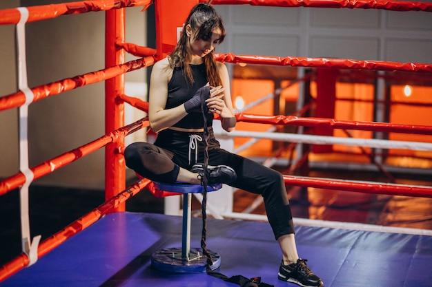 Boxertraining der jungen frau an der turnhalle Kostenlose Fotos
