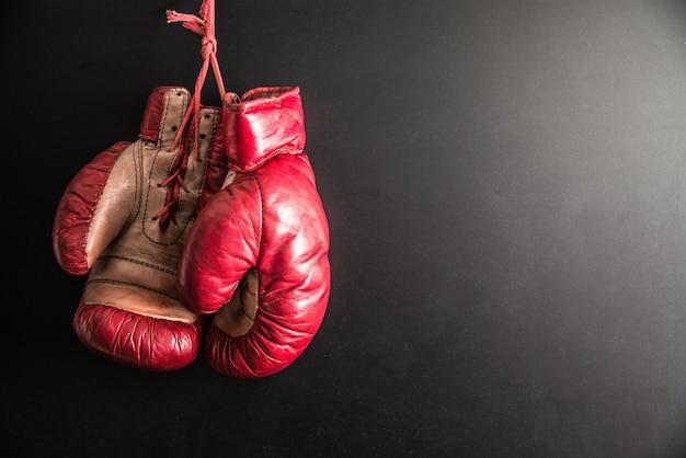 Boxhandschuhe lokalisiert im dunklen hintergrund Premium Fotos