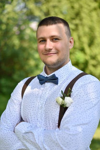 Bräutigam im hemd im sommerpark Premium Fotos