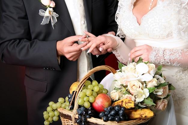 Bräutigam setzt ehering auf den finger der braut Premium Fotos