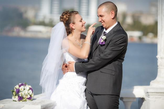 Bräutigam und die braut an einem strand in ihrem hochzeitstag Premium Fotos