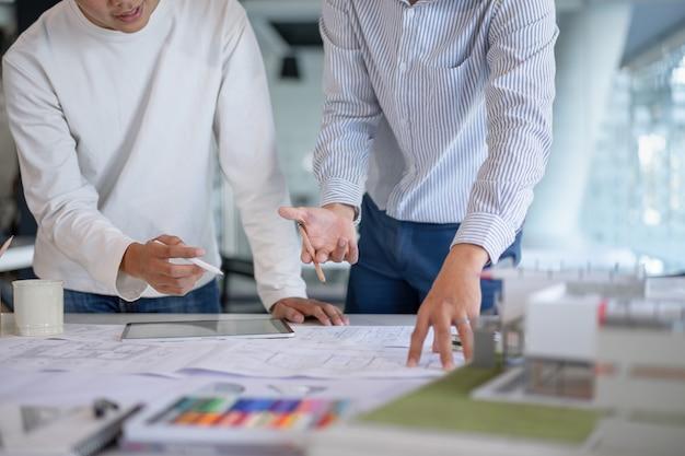 Brainstorming architekten-teamwork, die das hochbauprojekt bespricht, entwirft und skizziert. Premium Fotos