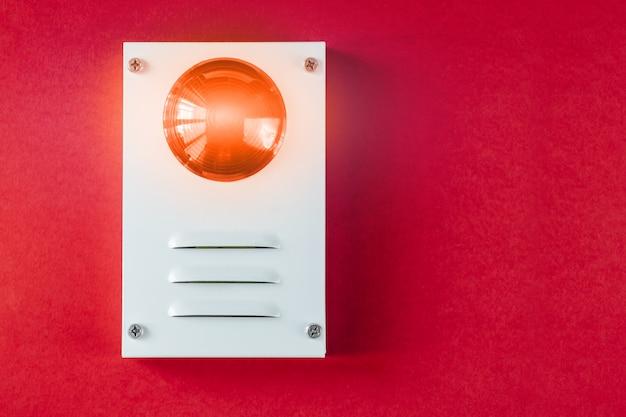 Brandschutzsystem auf einem roten hintergrund Premium Fotos