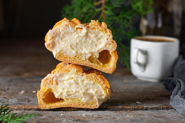 Brandteig cremige füllung mascarpone, vanillecreme hausgebackenen kuchen eclair shu Premium Fotos