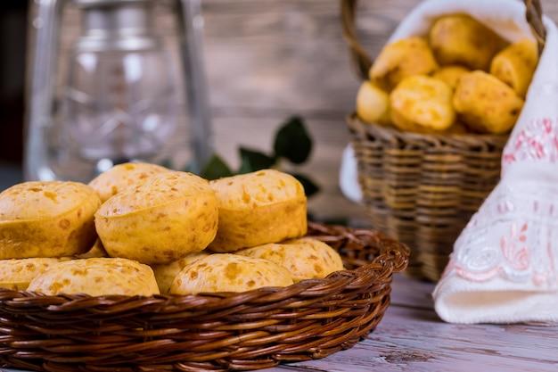 Brasilianisches käsebrot, chipa im korb. Premium Fotos