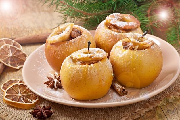 Bratäpfel mit honig und nüssen Kostenlose Fotos