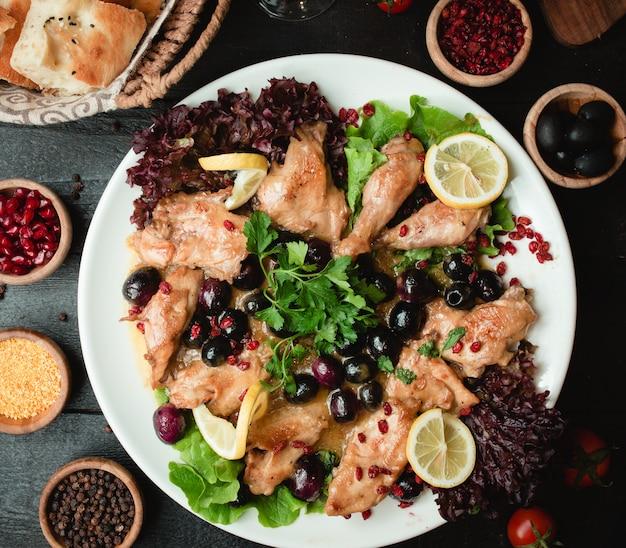 Brathähnchen mit beeren und salat Kostenlose Fotos