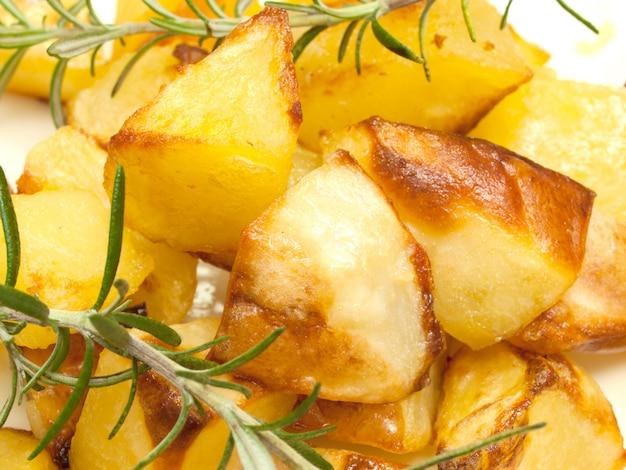 Bratkartoffeln mit rosmarin Premium Fotos