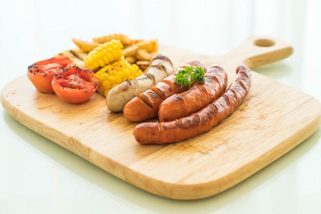 Bratwurst mit gemüse und pommes frites mischen Premium Fotos