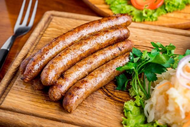Bratwurst mit sauerkraut und senfsauce Premium Fotos