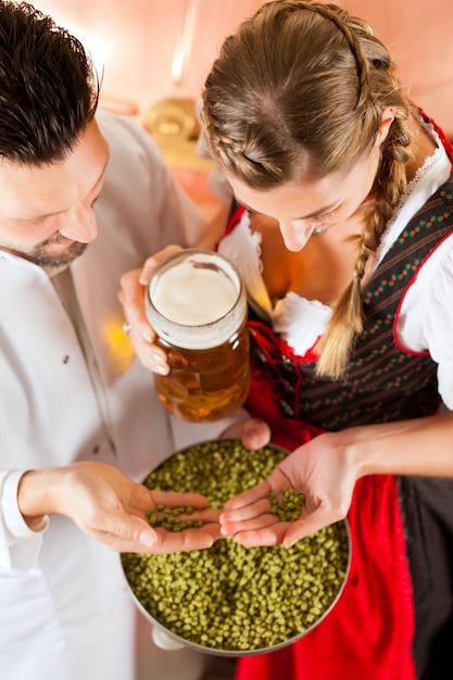 Brauer und frau mit bierglas in der brauerei Premium Fotos