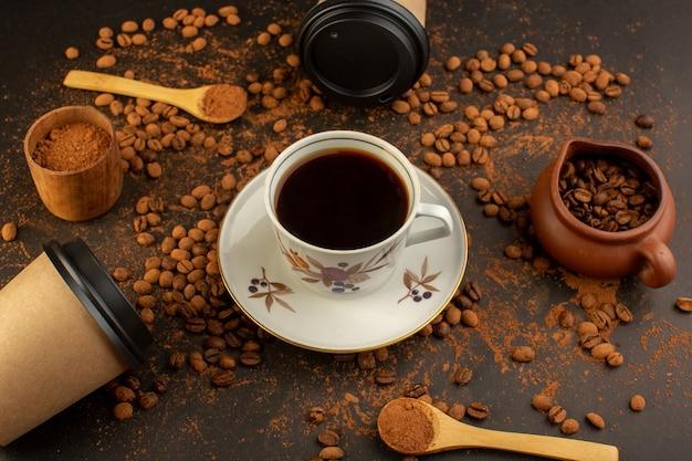 Braune kaffeesamen von oben mit schokoriegeln und tasse kaffee Kostenlose Fotos
