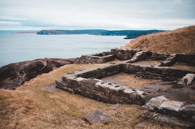 Braune ruinen in der nähe von gewässern Kostenlose Fotos