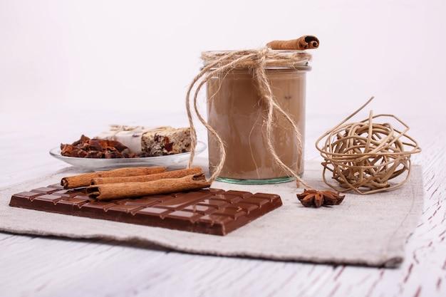 Brauner detox coctail mit zimtstangen und schokolade liegen auf dem tisch Kostenlose Fotos