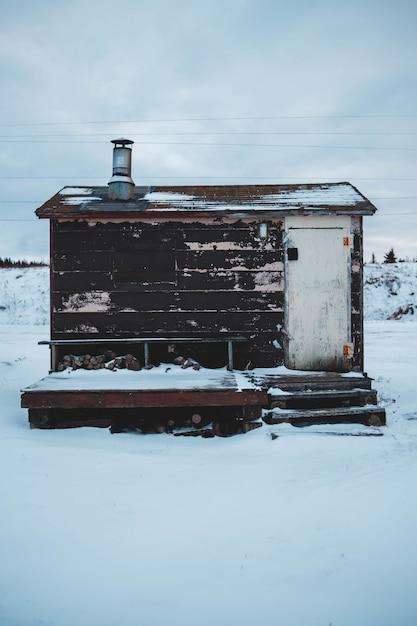 Brauner und weißer schuppen mit schnee bedeckt Kostenlose Fotos