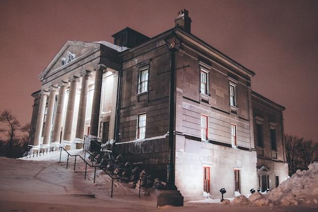 Braunes betongebäude während der nacht Kostenlose Fotos