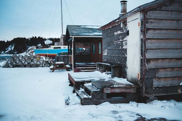 Braunes und schwarzes haus mit schnee bedeckt Kostenlose Fotos