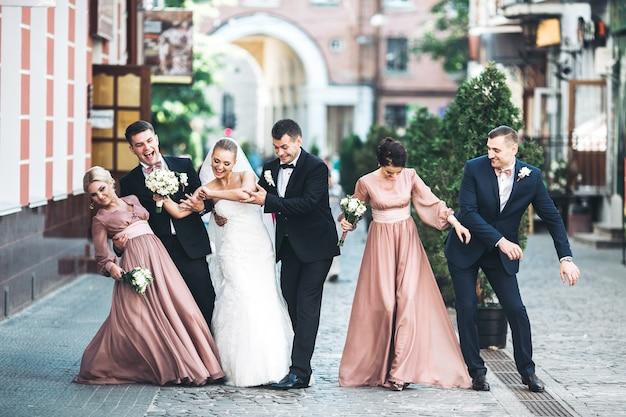 Braut bräutigam groomsmen brautjungfern tanzen auf der straße Kostenlose Fotos