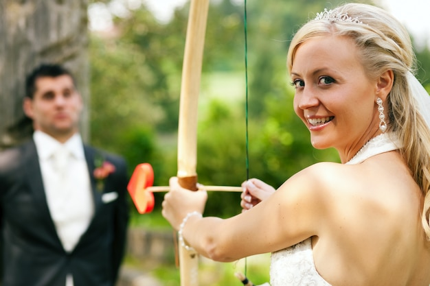 Braut, die einen bräutigam sich schießt Premium Fotos