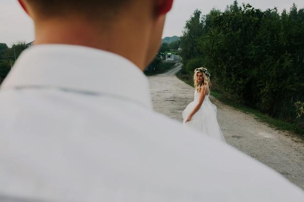 Braut führt bräutigam auf der straße Kostenlose Fotos