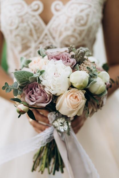 Braut hält den schönen brautblumenstrauß, abschluss hoch Kostenlose Fotos